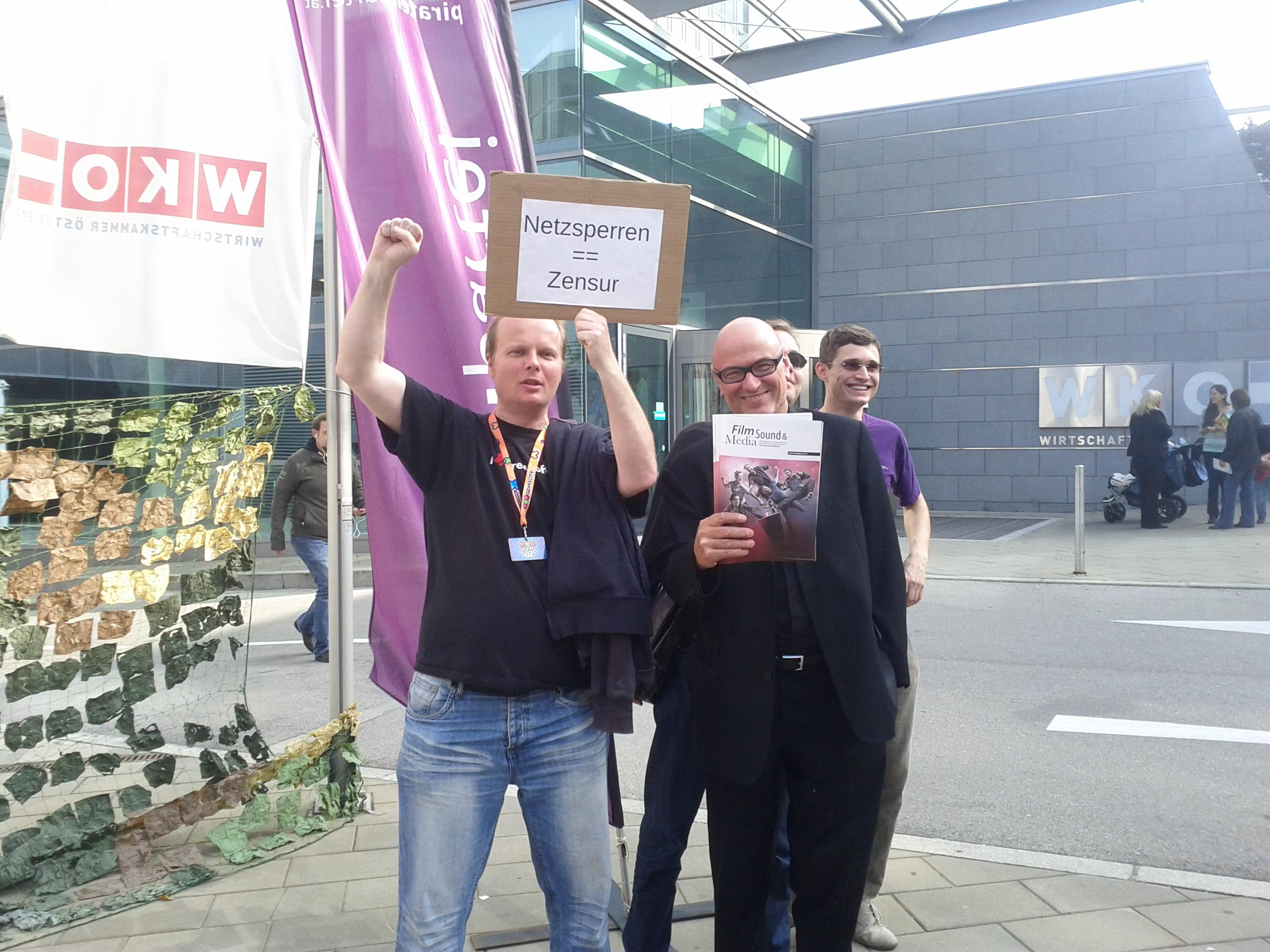 Horst JENS (links) und Dr. Werner Müller (rechts) demonstrieren äußerst unterschiedliche politische Ansichten zum Thema Netzsperren (Bildquelle: Horst JENS)