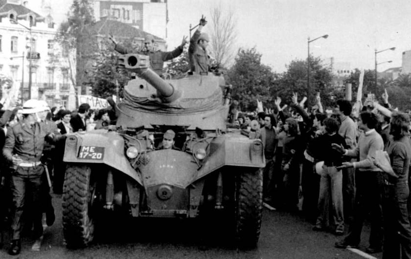In diesem Archivbild vom 25. April 1974 jubeln Menschen Soldaten in einem Panzer zu, der während des Militärputsches durch das Zentrum von Lissabon fährt.